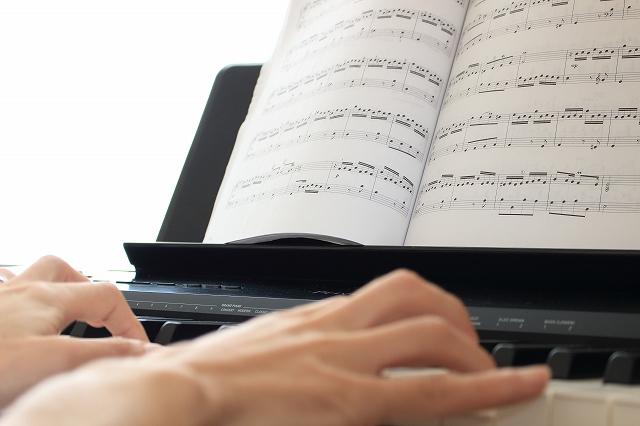 ピアノ初心者におすすめの曲16選|アニソン、ポップスなど[楽譜付]
