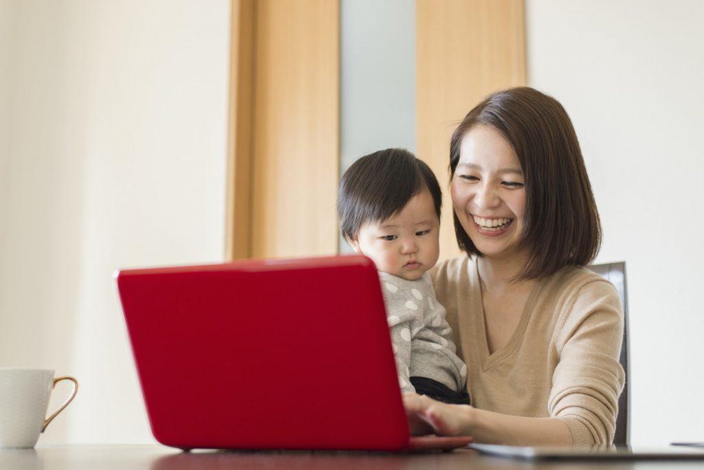 見守りアプリのおすすめは?離れて暮らす家族の安否確認をする方法