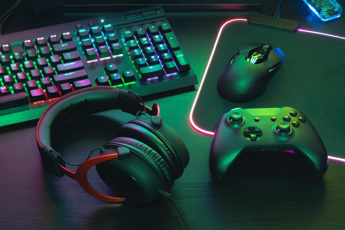 ゲーミングパソコンとコントローラー