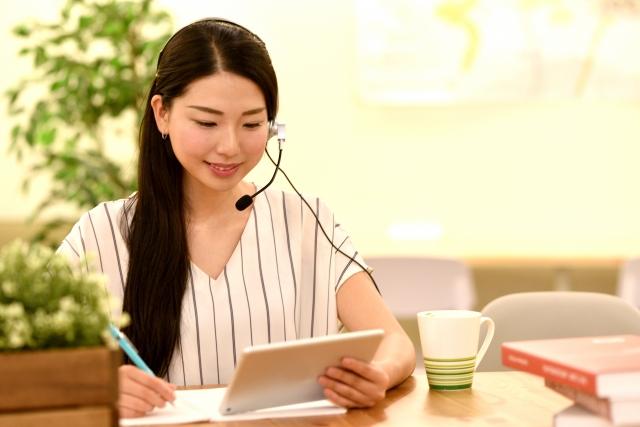 iPadで会話しながら勉強する女性