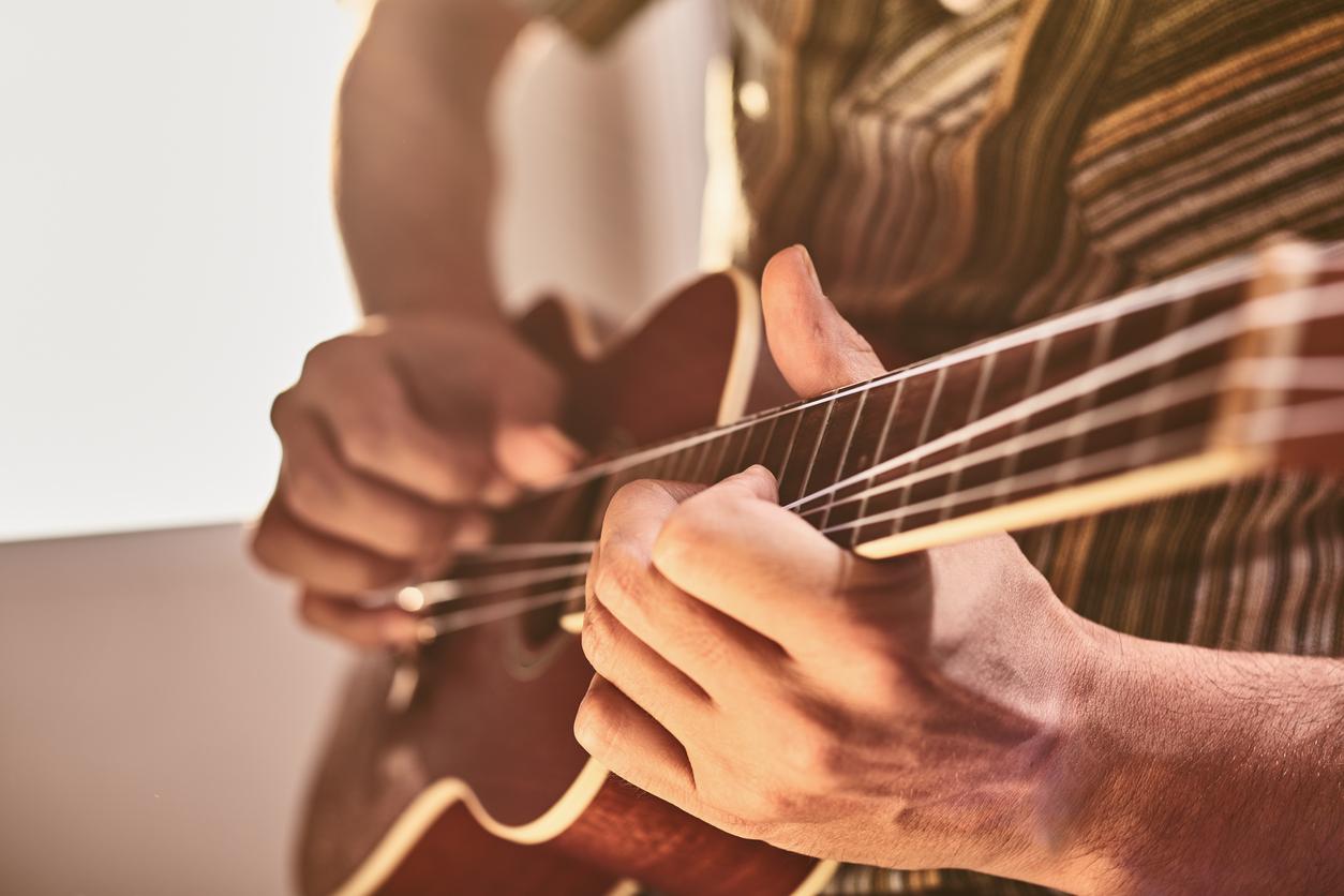 ウクレレを弾く男性の手