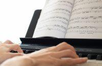 ピアノ初心者におすすめの練習曲16選|アニソン、ポップスなど[楽譜付]